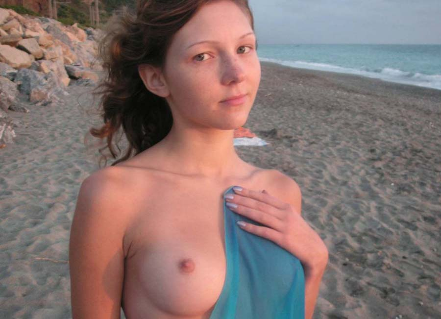 sexy-girls-beach-toppless