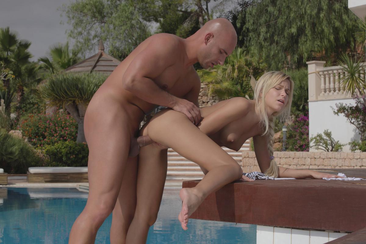 seks-s-blondinkoy-v-bikini-video-eblya-studentov-domashnee-foto