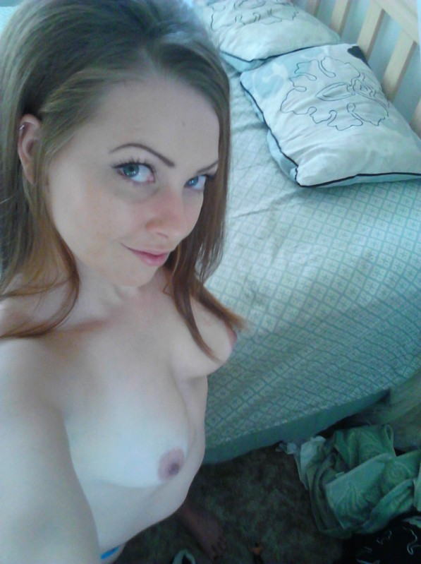 girls taking nude cell phone pics