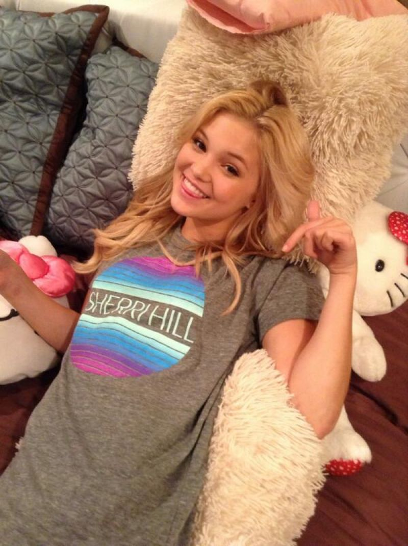 Gorgeous 18 Year Old Teen Celebrity Olivia Holt